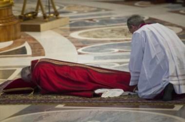 El Pontífice reposa contra el suelo en un momento de la ceremonia de hoy.