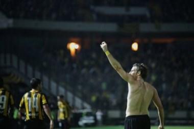 Peñarol goleó a River en la inauguración del nuevo Estadio Campeón del Siglo. Forlán marcó el primero.