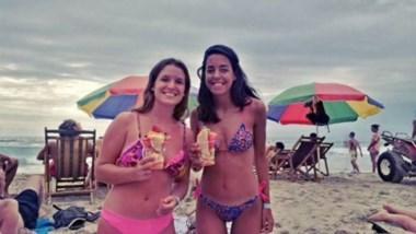 Las jovenes, en una de las playas que disfrutaron.