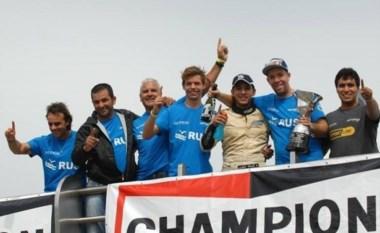 Todo el equipo de Las Toscas Racing festeja en el podio platense con el