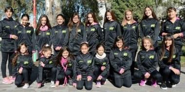 Las diecisiete alumnas del patín artístico de la APEF de Rawson junto a su profesora Ariana Romanelli.