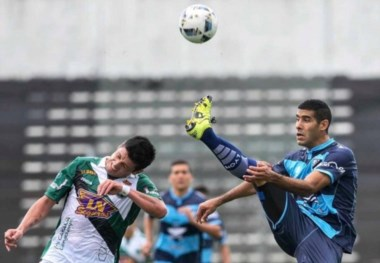 Lucas Baldunciel empujo la pelota luego del centro de Alejandro Melo al medio del area chic
