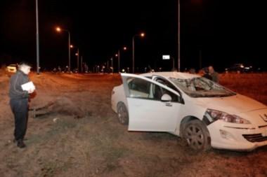 Los dos autos involucrados y el caballo muerto tras el accidente.