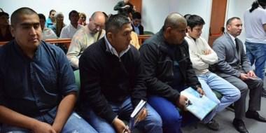 Los cinco policías acusados por vejámenes y torturas en la comisaría Segunda de Trelew ayer en el juicio.