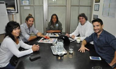 Los realizadores de Ocassus reunidos con autoridades municipales.