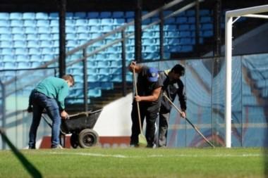 Debido a la lluvia caída y el partido del miércoles, el césped de la Bombonera sufre reparaciones.