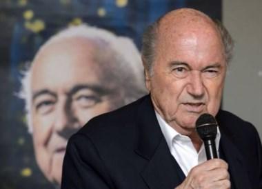 Joseph Blatter presentó biografía mientras justicia lo investiga.