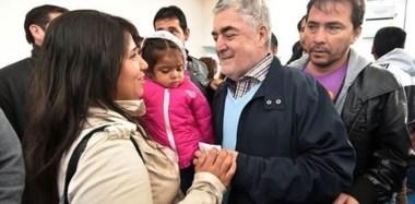 Agradecimiento. Das Neves junto con una de las familias beneficiadas por el acto de ayer en Trelew, donde agradeció el respaldo de la gente.