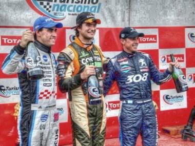 El podio de la Clase 3 con Tati Angelini, Carlos Okulovich y Fabián Yannantuoni.