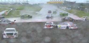 Con medio circuito seco y medio totalmente mojado, se largó la competencia con procedimiento de pista húmeda.