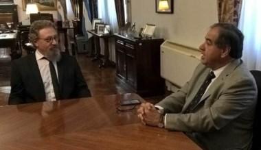 Postal de la reunión que mantuvieron Luenzo y el ministro Martínez.