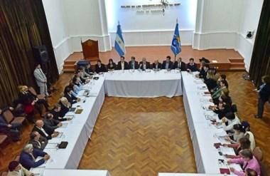 Cumbre. El Salón de los Constituyentes fue el escenario del encuentro con los jefes comunales, inquietos.