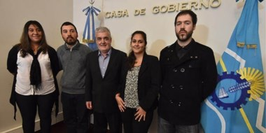 Beneficiados. Das Neves posa con algunos de los estudiantes que recibirán un auxilio económico en Chubut.