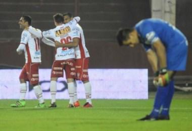 """""""Wanchope"""" Abila celebra su gol con sus compañeros y el arquero Ibañez se resigna."""