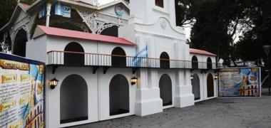 La Municipalidad de Trelew inauguró en la Plaza Independencia un espacio temático que recrea el clima de 1810. Se construyó una réplica del Cabildo y  se realizan  actividades hasta hoy.