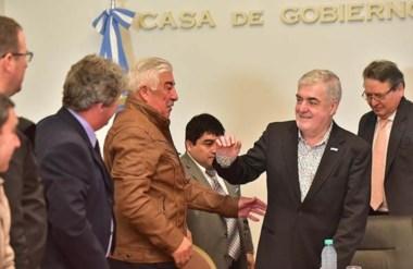 Saludos. El gobernador agradeció la presencia de los jefes comunales del interior en la Casa de Gobierno.