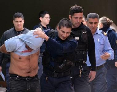 Marche preso. Los policías aplicaron sus técnicas para reducir al maleante, quien portaba un cuchillo.