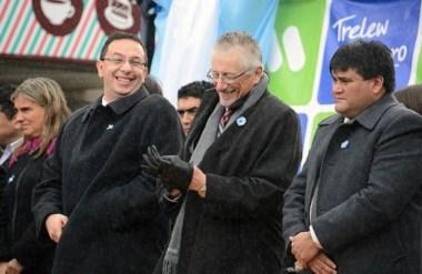 Sonrisas. Desde la izquierda, Maderna, García y Giménez, en una postal del acto patrio en Trelew.