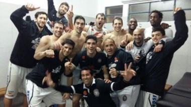 Olímpico le ganó 85-68 a Libertad y así festejaron los jugadores en el vestuario de Sunchales.