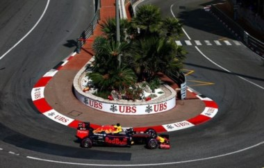 El australiano logra su primera pole en el GP Mónaco y largará con gomas superblandas.