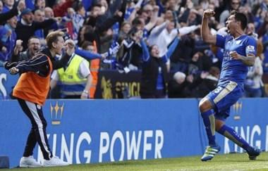 Ídolo en todos lados. El rionegrino Ulloa hizo delirar a los hinchas del Leicester con sus goles, así como también lo lo hacía jugando en la CAI.