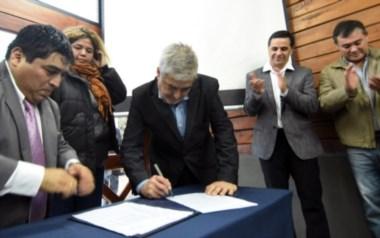 Das Neves y Huichaqueo firmaron el convenio para el aumento presupuestario