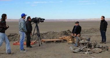 Un equipo de Canal 13 llegó al Colhué Huapi para contar detalles del avión hundido en el lago sarmientino.