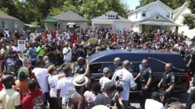 Miles de personas despidieron los restos de Muhammad Ali en Louisvelle.