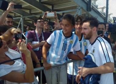 Messi con los hinchas, tras el entrenamiento de hoy en Chicago.