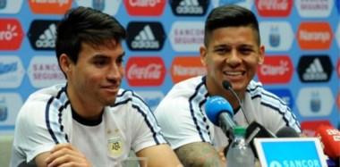 """Nicolás Gaitán y Marcos Rojo en conferencia de prensa oficial de la Selección Argentina. La """"albiceleste"""" jugará mañana a las 23 hs. ante Bolivia."""