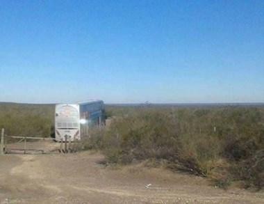 El colectivo quedó encajado en un campo del sur rionegrino.