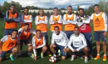 Postal del equipo ganador del fútbol reducido que difundió la prensa de la Selección Argentina.