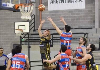 Nicolás Rodríguez lanza al aro y Gonzalo García intenta taparlo. Madryn ganó el primer juego de la final que se juega al mejor de cinco partidos.