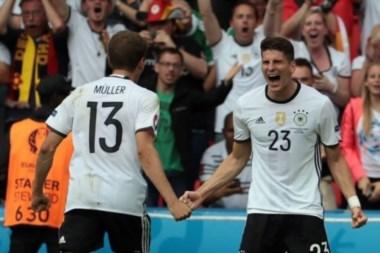 Mario Gomez anotó el gol de la victoria de Alemania ante Irlanda del Norte.
