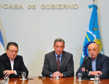 Trío. Cisterna, Arcioni y González explicaron el ahorro provincial.
