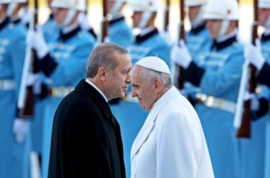 Blanco y negro. Francisco y el presidente Erdogan tuvieron un durísimo cruce sobre el tema, que esta foto ilustra acabadamente...