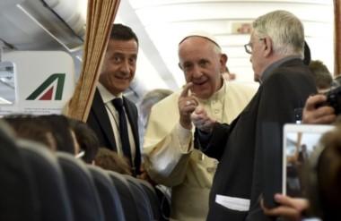 Alto en el cielo. El Papa a bordo del avión que lo condujo a suelo armenio.