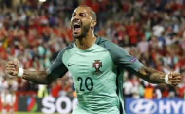 Con suerte y jugando a no dejar jugar a Croacia, Portugal se mete en cuartos. Quaresma festeja el gol postrero.
