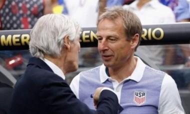 Pekerman saluda a Klinsmann antes del partido.