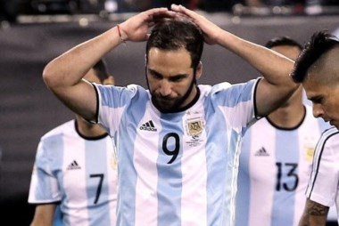 Higuaín volvió a errar una situación de gol y su continuidad quedó en duda.