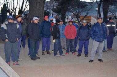 Los operarios en la plaza, a la espera de una respuesta salarial.