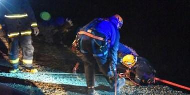 Momentos en que los rescatistas extraían el cuerpo de las heladas aguas de Comodoro Rivadavia.