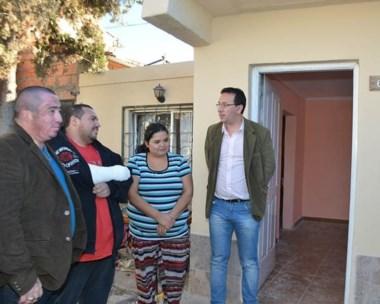 El intendente Adrián Maderna junto al matrimonio que sufrió la explosión de la garrafa en su vivienda.