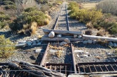Vandalismo. Una postal de los obstáculos en la vía para impedir que pase el tren turístico por ese lugar.