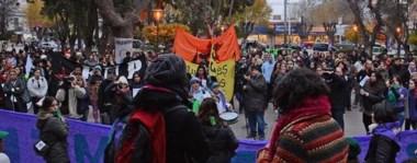 Con un acto en la Plaza Independencia y posterior marcha por las calles  de la ciudad, se llevó  a cabo la convocatoria bajo  la consigna  #NiUnaMenos en Trelew.