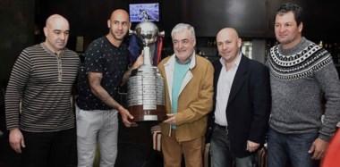 """El """"Pampa"""" Biaggio , """"Pichi"""" Mercier, el gobernador Das Neves, y el intendente Sastre exhibiendo la Copa Libertadores que ganó el club en 2014."""