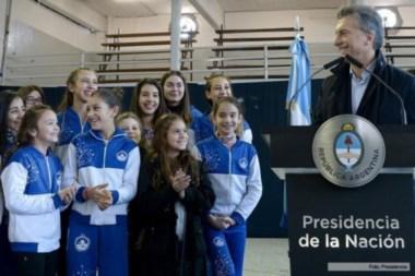El presidente sonríe junto a los niños del Club Juventud Unida.