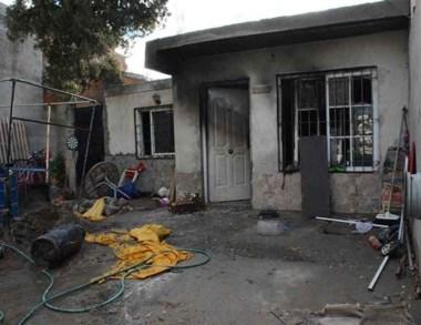 Así quedó la casa una vez que intervinieron los vecinos en el rescate.