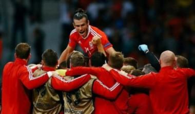 Gareth Bale en lo más alto del festejo de Gales tras eliminar a Bélgica.