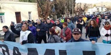 Columnas de gente se manifestaron por Esquel para exigir una tarifa social, con un proyecto que se terminará de delinear en Bariloche.